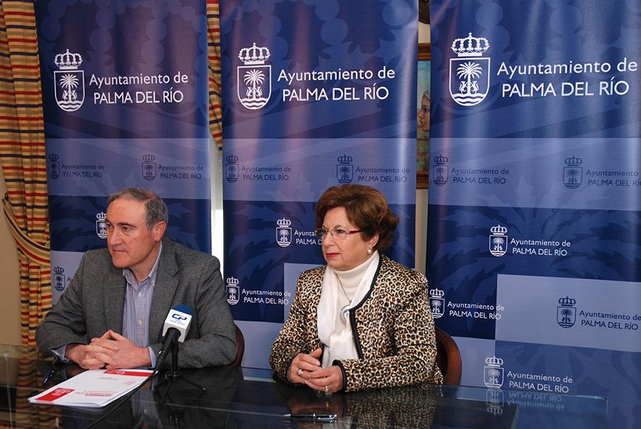 El alcalde y la presidenta del Consejo de Hermandades en la firma del convenio