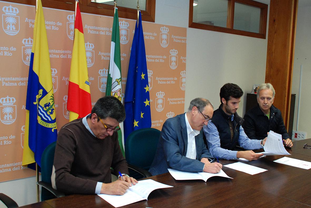 El alcalde y el concejal de deportes en la firma de convenios con Club ARS de balonmano y Asociación de Tenistas Palmeños