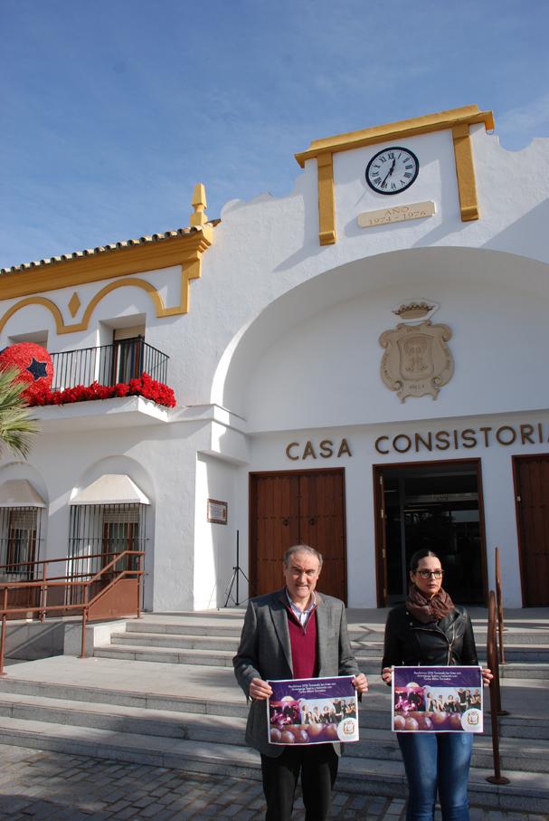 El alcalde y la concejela de Festejos con el cartel de Nochevieja