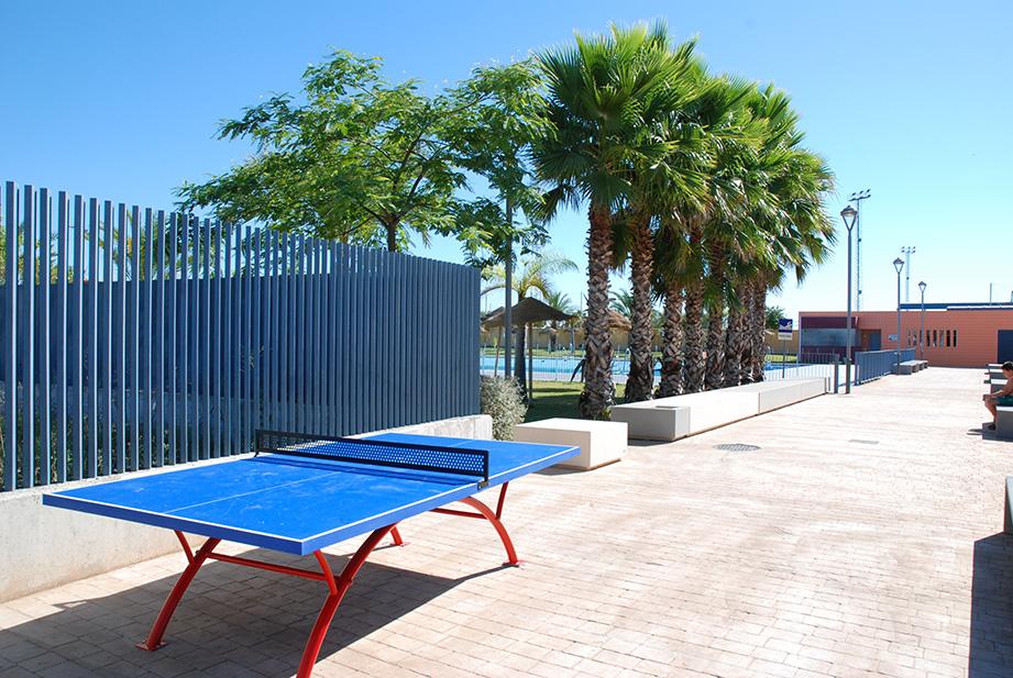 Mesa de ping-pong en la piscina de verano