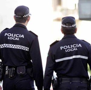 Imagen de dos policías de espaldas, a modo de ilustración de la noticia