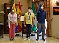 Castilla posa junto a la alcaldesa y al teniente de alcalde de actividade físca y deporte