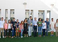 El alcalde y los concejales con participantes del programa Emple@