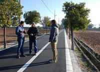 El concejal y técnicos municipales en el camino tras su reparación