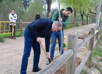 El alcalde y el concejal de Medio Ambiente plantan un olmo en el Día del Árbol