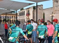 """La alcaldesa habla con los participantes en el reto solidario deportivo """"Hasta el Veleta por TIN"""""""