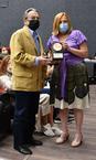 La Alcaldesa en el momento del reconocimiento a Rafael Carrasco