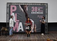 La concejala de Cultura y el director de la Feria en el reconocimiento a Rosa Díaz