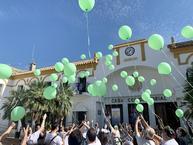 Momento de la suelta de globos verdes, color que identifica a la salud mental