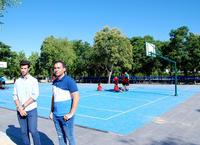Los concejales de Servicios Públicos y Deportes en la pista de baloncesto renovada