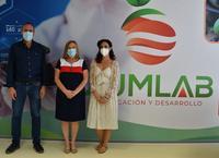 Inastantánea con Esperanza Caro (alcaldesa), Ana Belén Corredera (concejala) y Enrique Moya (gerente de IzumLab)