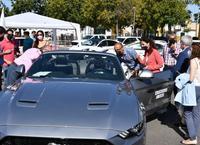 Las autoridades se interesan por uno de los vehículos expuestos