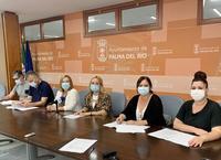 Instantánea de la alcaldesa y de la concejala de Igualdad con los/as responsables de los colectivos firmantes de los convenios